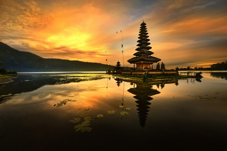 Pura Ulun Danu Bratan Temple on sunset